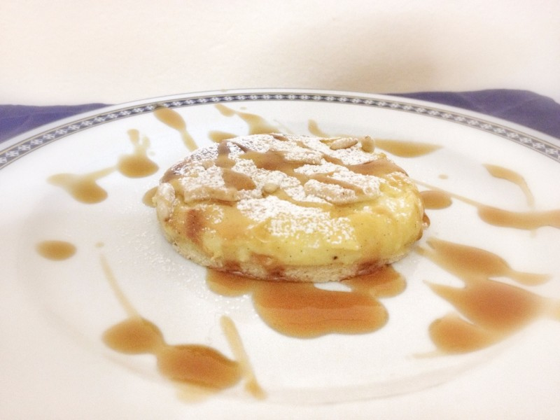 Delizia di pasta frolla alla crema pasticcera, pinoli e succo d'acero