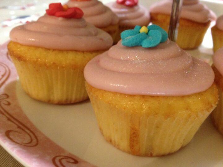 Cupcakes alle albicocche sciroppate con crema al lampone