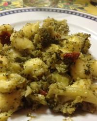 Gnocchi broccoli pomodori secchi e acciughe